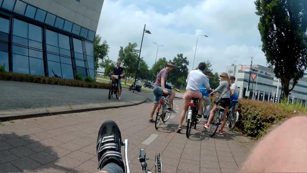 Zomaar stoppen midden op het fietspad en daar dan gaan overleggen...