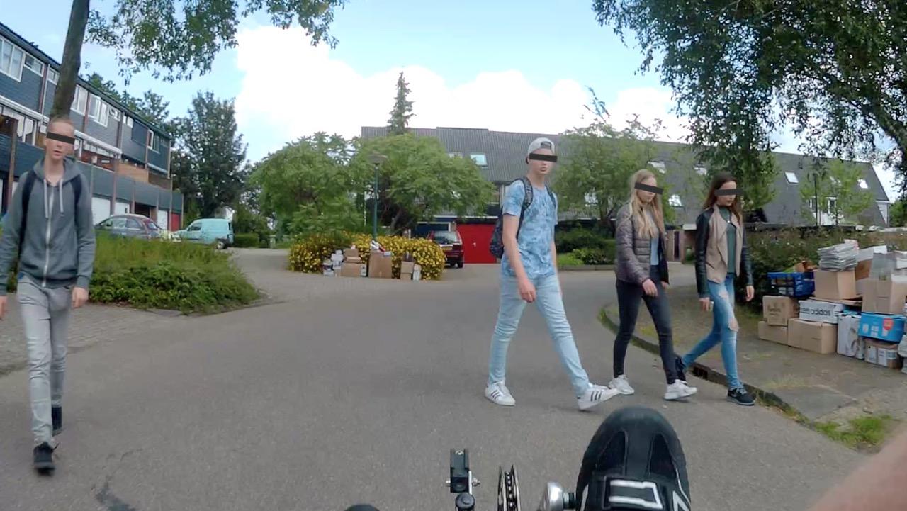 Oversteken zonder uit te kijken, en als je dan een fietser ziet: NOG langzamer gaan lopen..